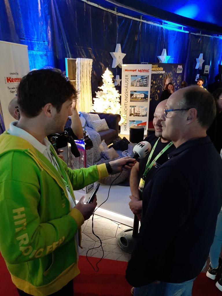 Feuerwehrleute werden Interviewt