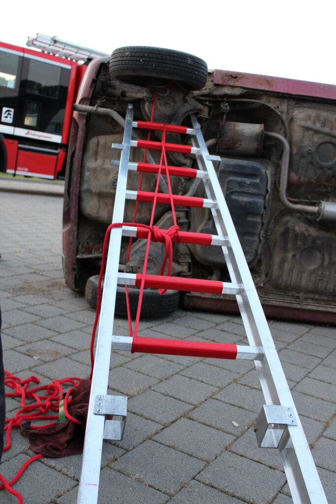 Sichern und Stabilisieren des Fahrzeuges mit der Steckleiter